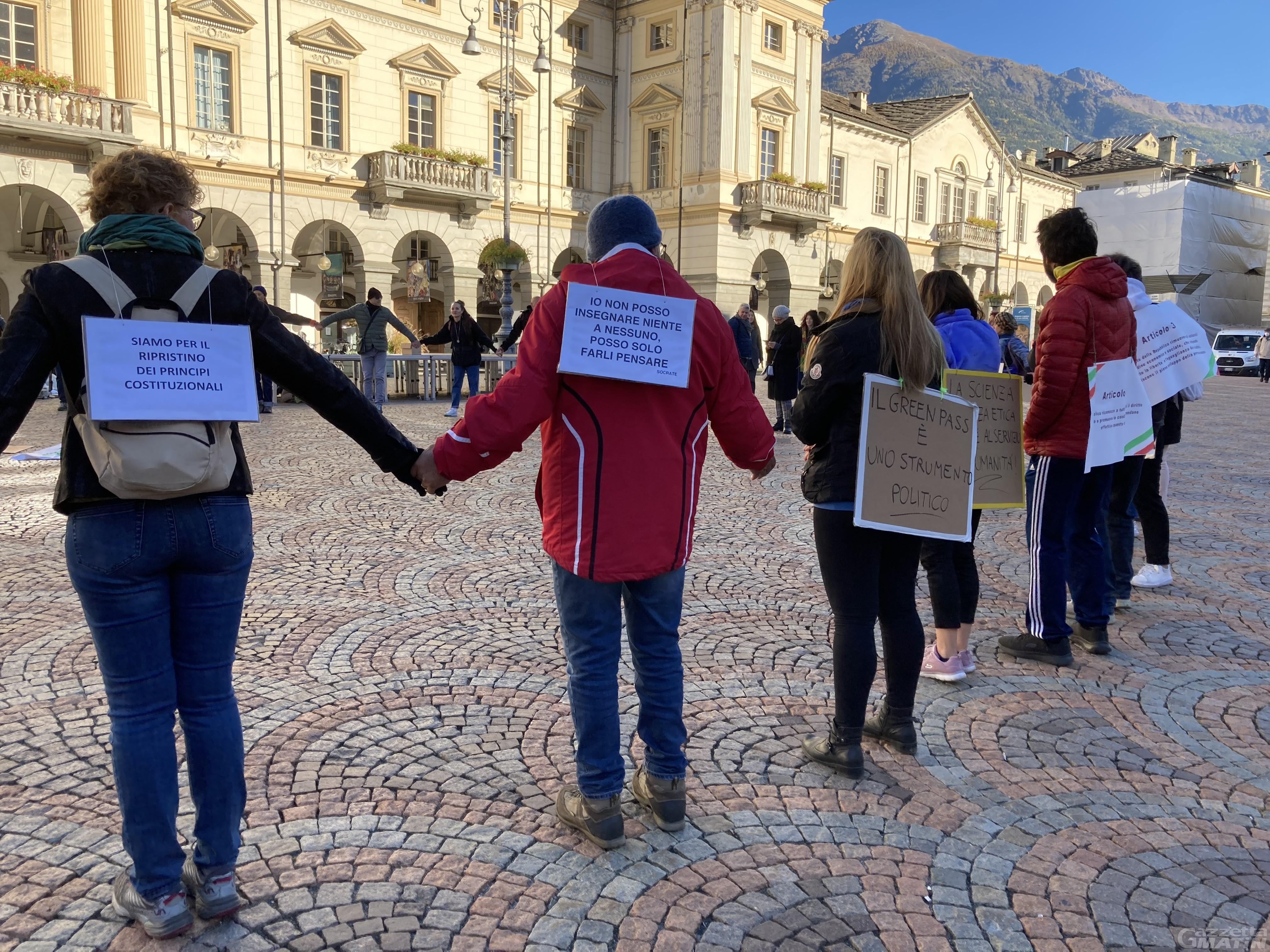 No Green pass, in 80 scendono in piazza ad Aosta: «Creiamo una mostra a cielo aperto del dissenso»