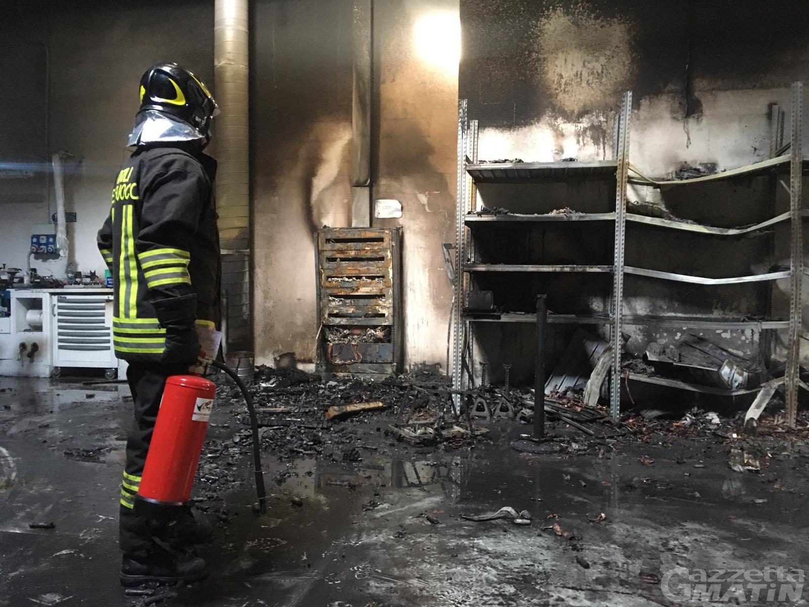 Pont-Saint-Martin, principio di incendio in fabbrica: intervengono i Vigili del fuoco