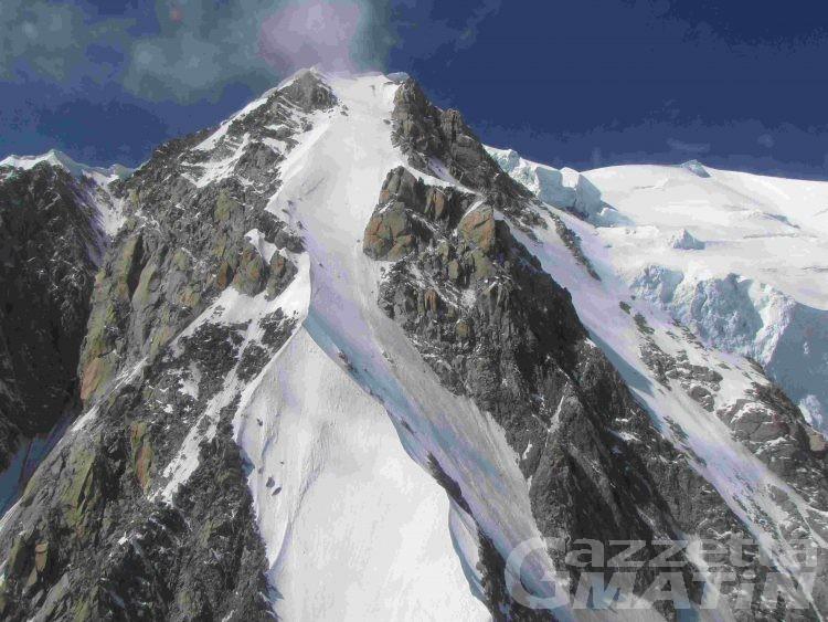 Incidenti in montagna: due alpinisti travolti da una valanga sul Monte Bianco, sono feriti