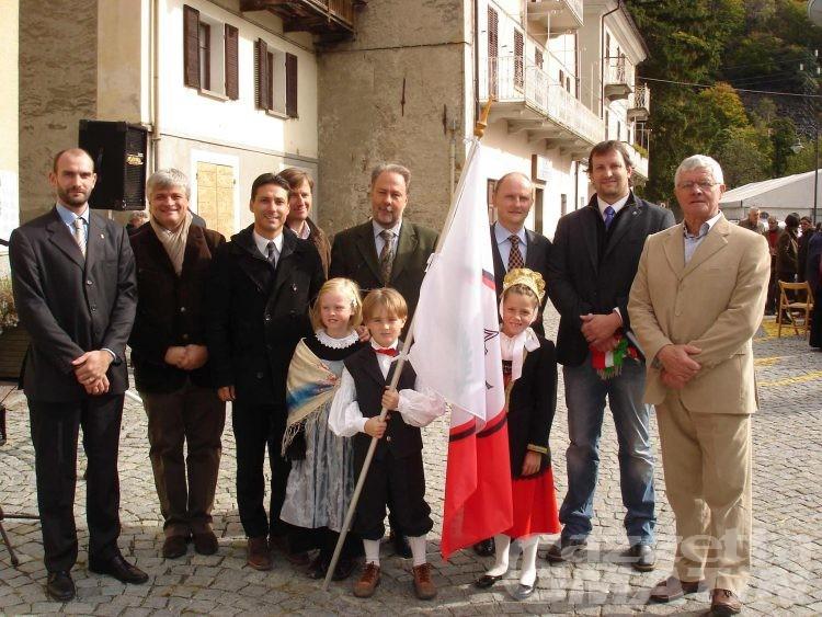 Issime: doppia festa per i 30 anni del Centro culturale e la bandiera della comunità montana
