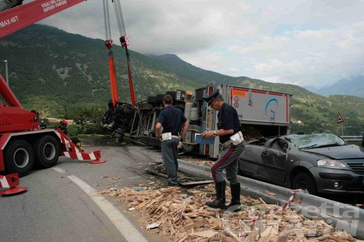 Gignod, si ribalta tir di legna, statale 27 paralizzata