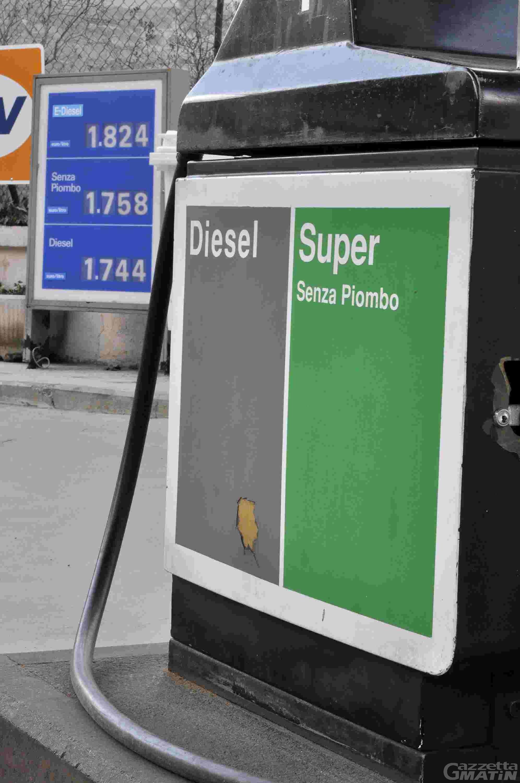 Prezzi: impennata per acqua, energia elettrica, benzina e tabacchi