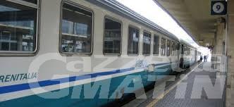 Ragazzo sui binari, treno lo investe: morto