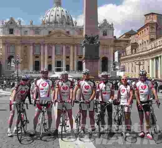 Ciclismo: le sette Aquile in piazza San Pietro
