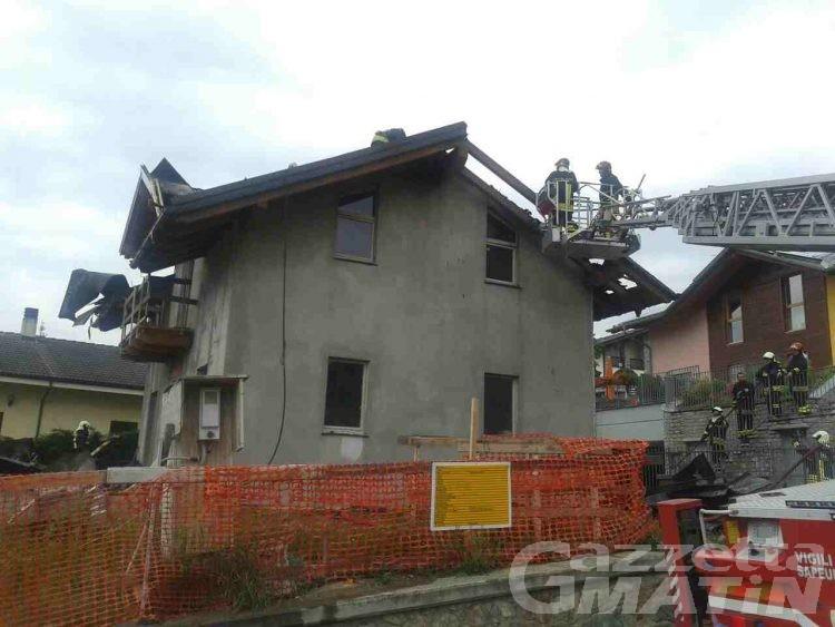 Vigili del fuoco: incendio distrugge tetto di una casa in costruzione