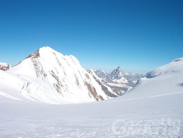 Incidenti montagna: si rompe una gamba, recuperato in extremis alpinista