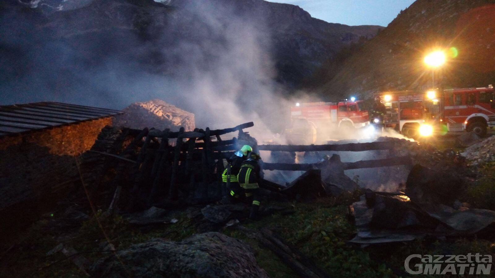 Incendio: Brucia magazzino a Valgrisenche