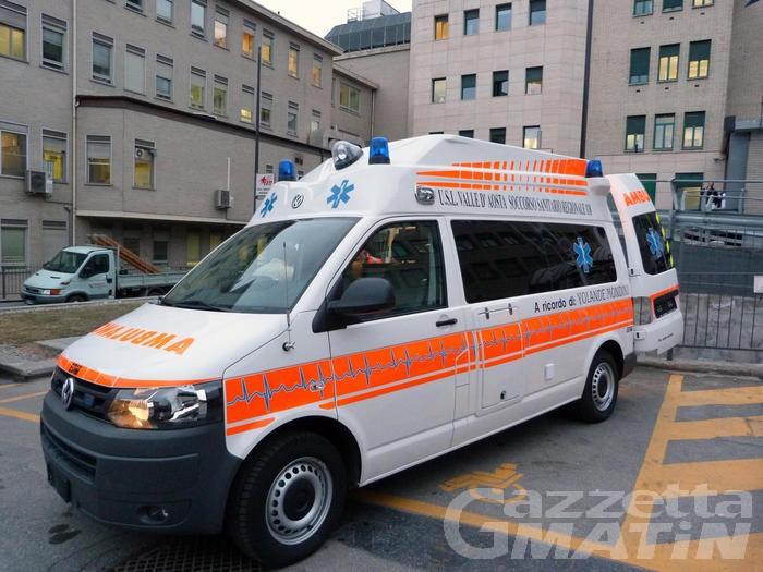 Auto si ribalta a Sarre: resta grave 17enne