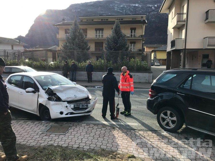 Scontro frontale tra auto, valdostana in gravi condizioni