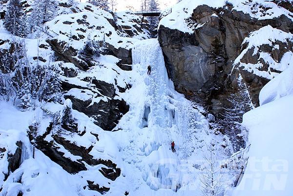 Cade da cascata di ghiaccio, tratto in salvo con l'elicottero