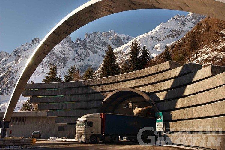 Maltempo, Monte Bianco e Gran San Bernardo chiusi ai mezzi pesanti