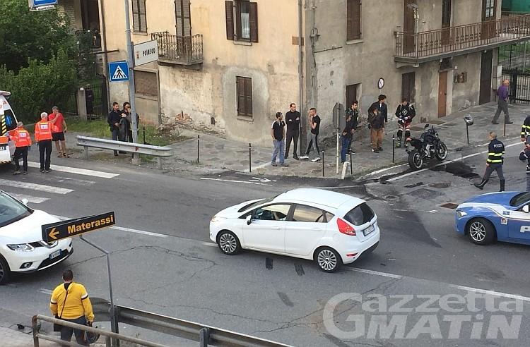 Brutto incidente a Sarre: moto si schianta contro un'auto