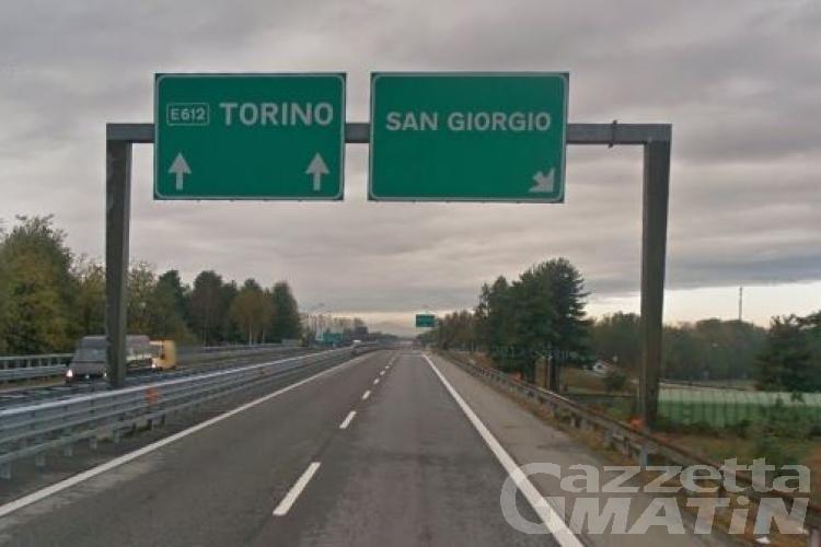 Si ribalta con l'auto in autostrada, valdostano al CTO di Torino