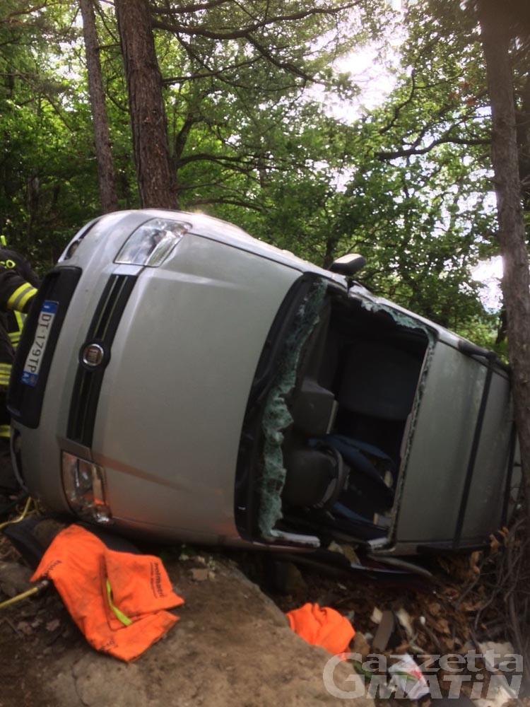 Pontey: auto si ribalta e finisce in una scarpata