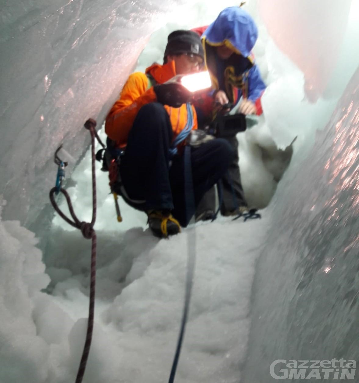Montagna: fino a venti metri, discesa nella 'pancia' del crepaccio