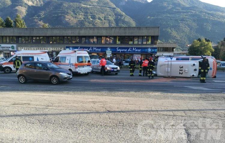 Incidente: ambulanza si ribalta alle porte di Aosta