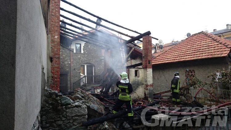 Incendio a Saint-Vincent: tetto in fiamme in via Chanoux