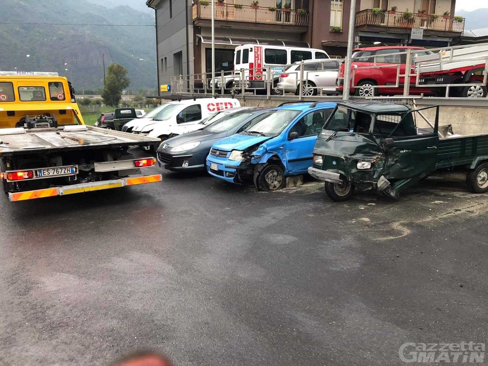 Incidente stradale, ape contro auto: grave settantottenne