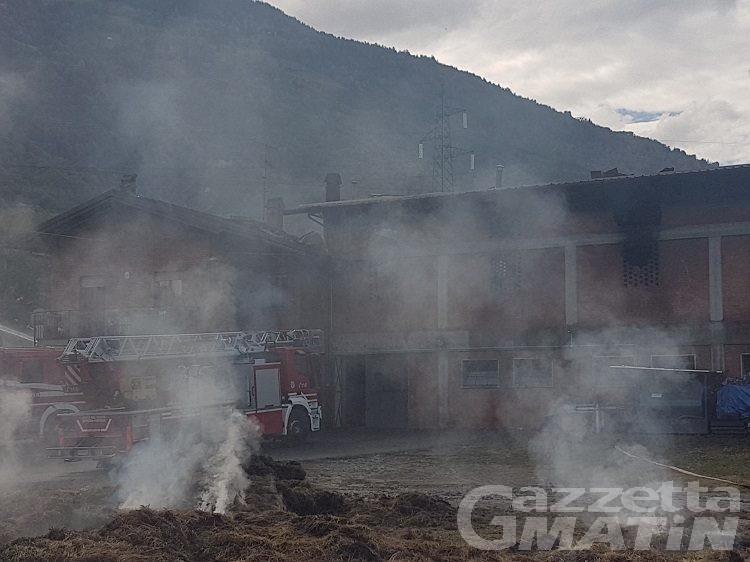 Pollein: capannone in fiamme, probabile dolo