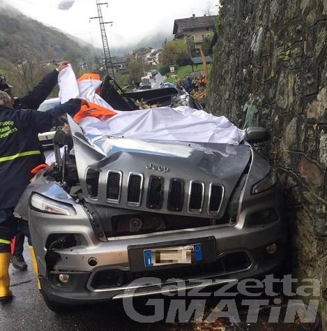 Albero schiaccia auto: morti due anziani a Lillianes