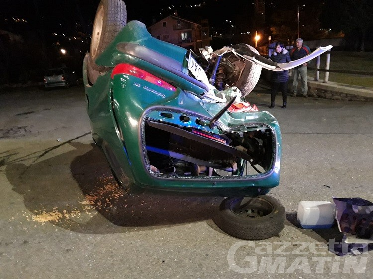 Gressan, scontro frontale tra due auto: tre feriti, uno è un passante