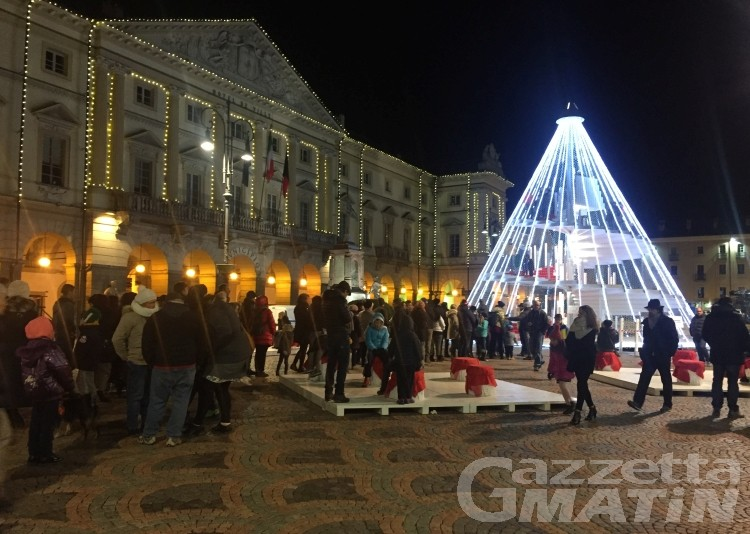 Natale: mille passaggi al giorno all'albero di piazza Chanoux