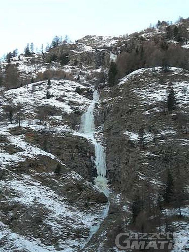 Cade da cascata di ghiaccio a Cogne, ferito ghiacciatore