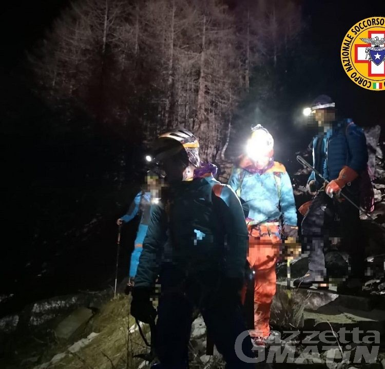 Cogne, bloccati per 15 ore e al gelo su cascata di ghiaccio, salvi 7 alpinisti