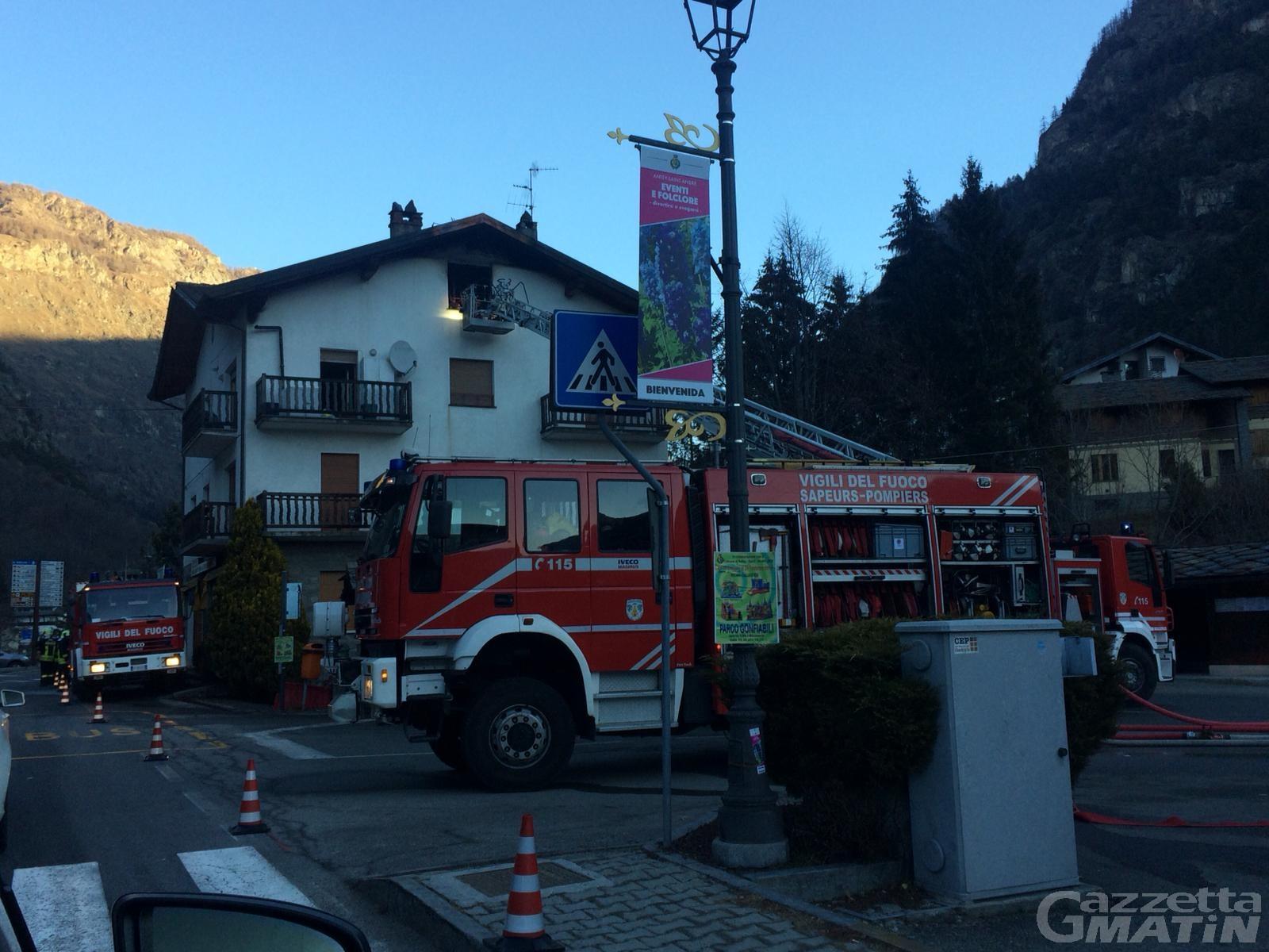 Incendio ad Antey: tre ragazzi si buttano dal terzo piano per sfuggire alle fiamme