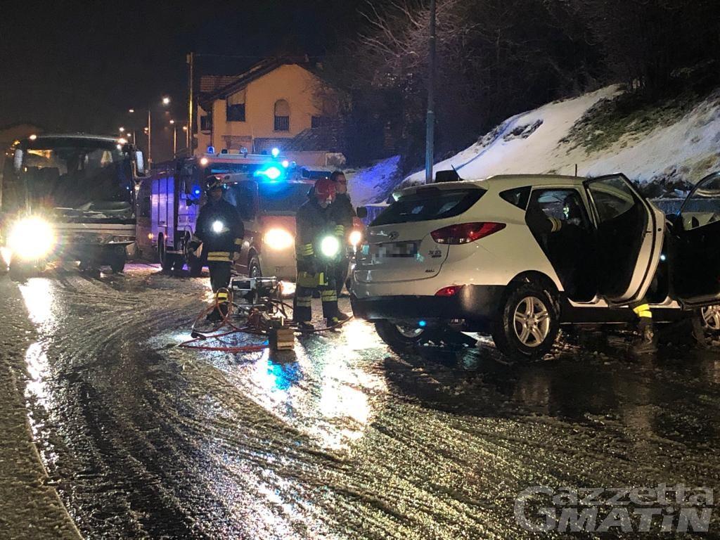 Pullman contro auto a Pont-Suaz, una donna in ospedale