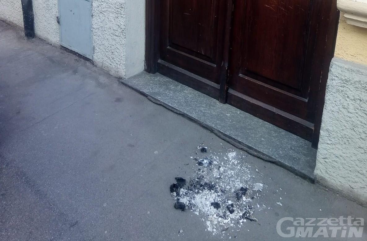 Sacchetti bruciati davanti alle sedi di Uv e Pd: indaga la Digos