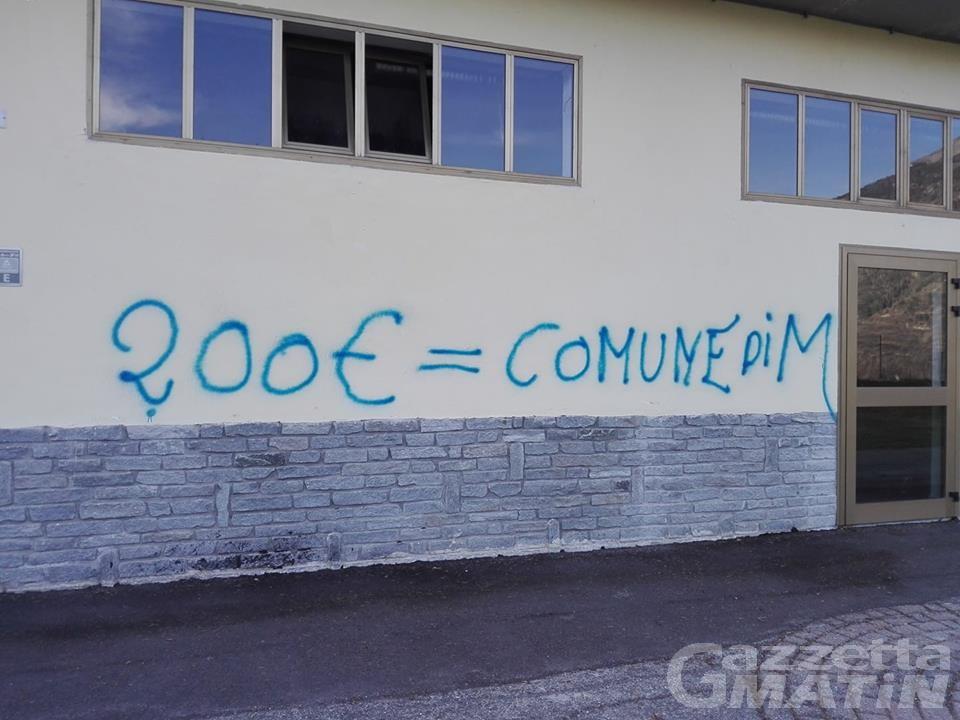 Vandalismo a Gignod: imbrattato il muro dell'area ricreativa
