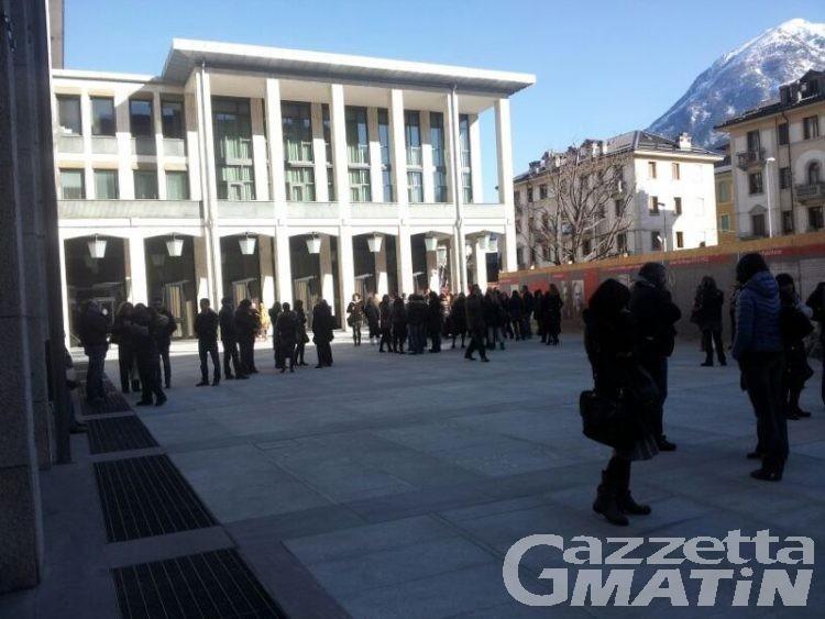«Basta precarietà», gli insegnanti scendono in piazza ad Aosta