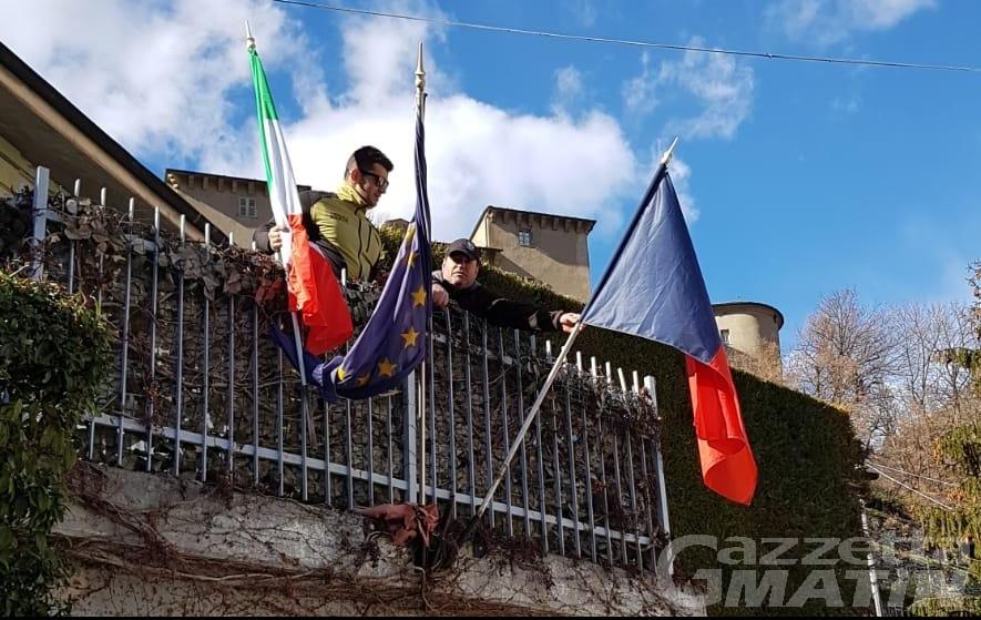 Châtillon: CasaPound sostituisce le bandiere logore dell'asilo