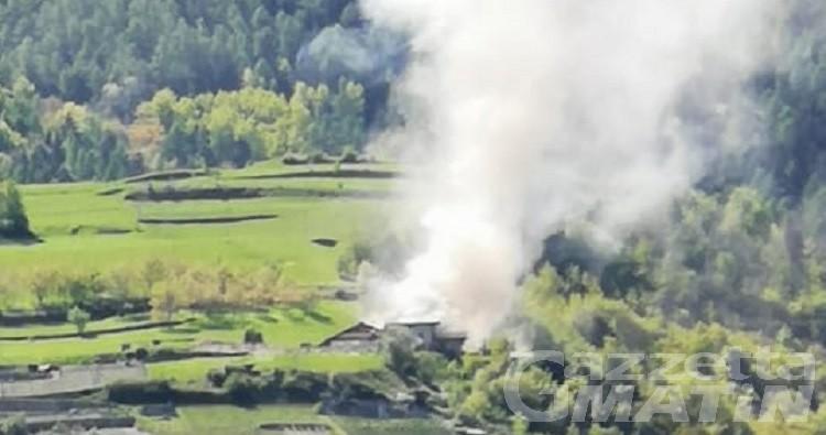 Tetto di abitazione in fiamme a Charvensod