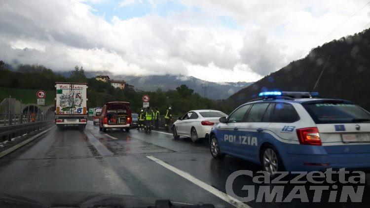 Incidente stradale sull'A5: due auto coinvolte