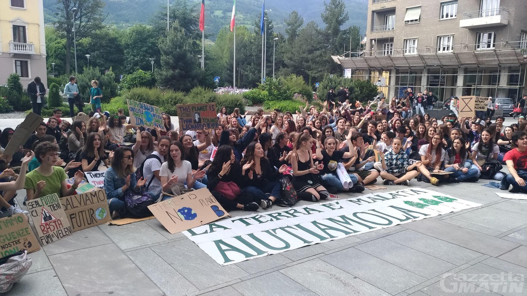 Ambiente: un centinaio di ragazzi in piazza per #fridayforfuture