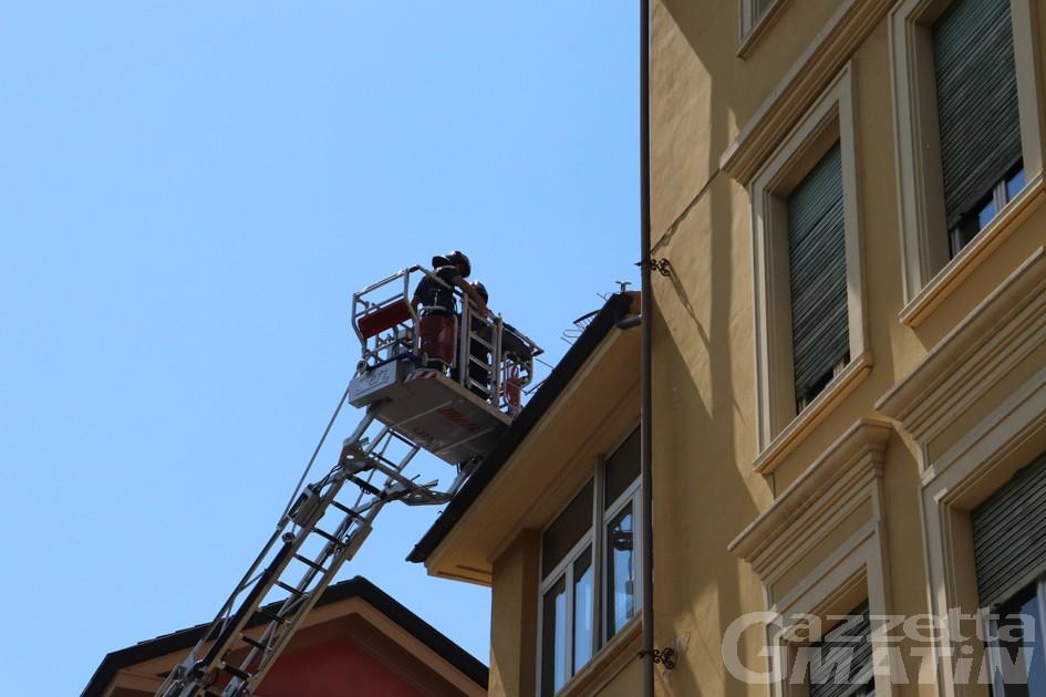 Aosta, antenna rischia di cadere sul marciapiede: intervengono i Vigili del fuoco