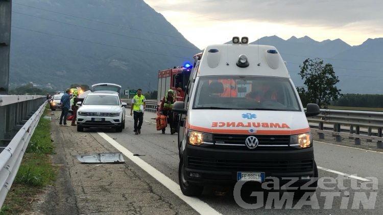Tir travolge auto ferma in autostrada: muore una mamma, feriti due bambini