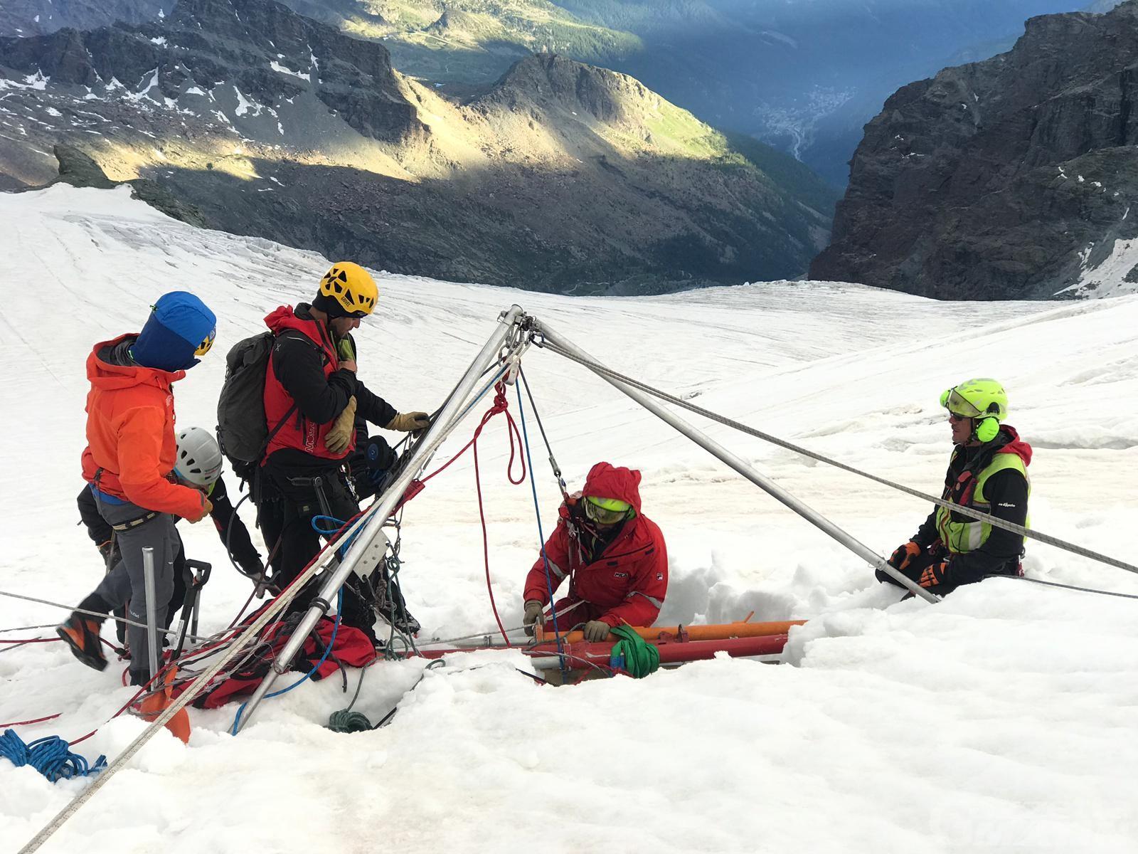 Valtournenche: recuperato il corpo senza vita dell'alpinista caduto in un crepaccio (video)