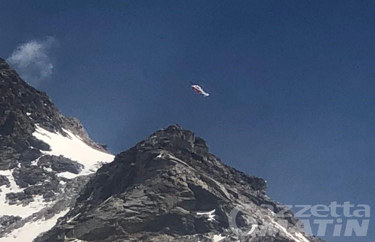 Sul ghiacciaio in pantaloncini, salvato dopo caduta nel crepaccio