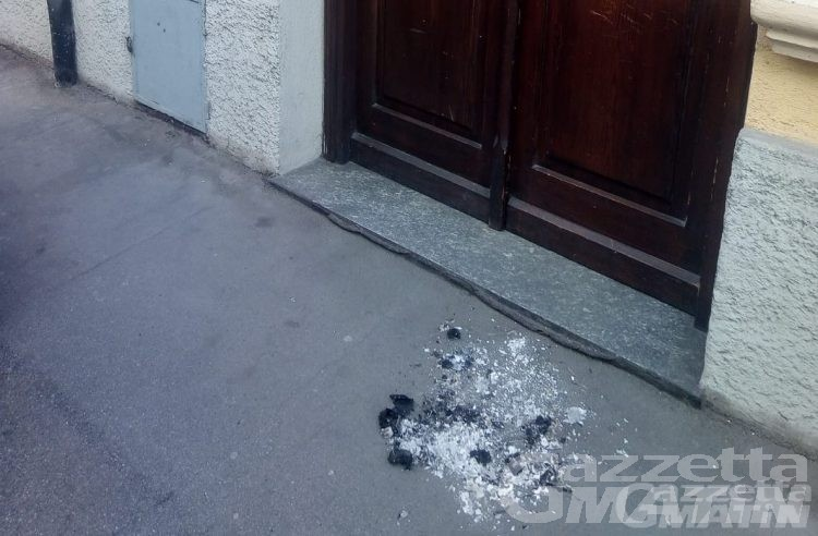 Sacchetti bruciati davanti alle sedi del PD e dell'Uv: la Procura di Aosta chiede l'archiviazione
