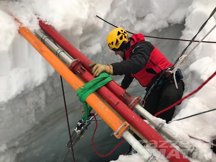 Alpinista caduto in un crepaccio, operazioni di ricerca in condizioni estreme (video)