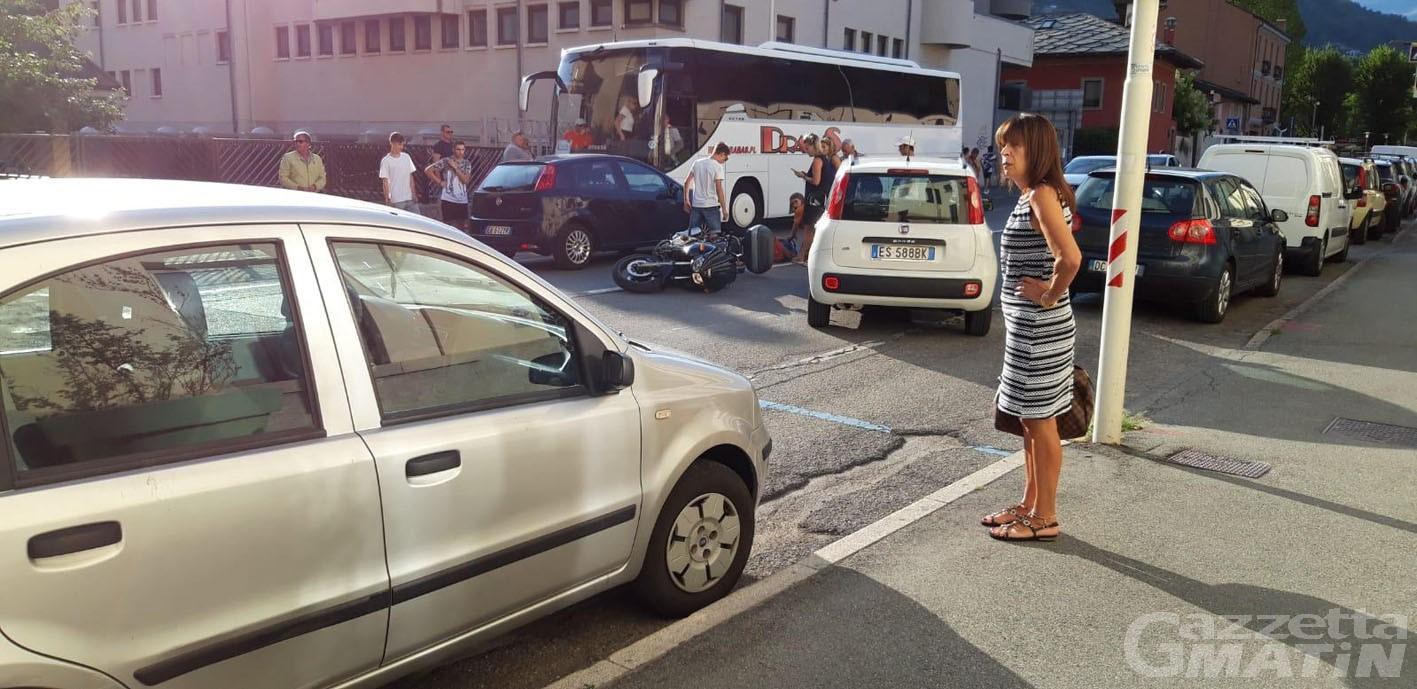 Incidenti: motociclista investito da auto in via Garibaldi ad Aosta