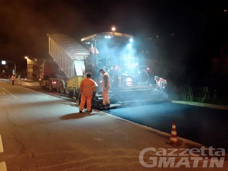 Sarre, lavori notturni sugli asfalti della Statale 26