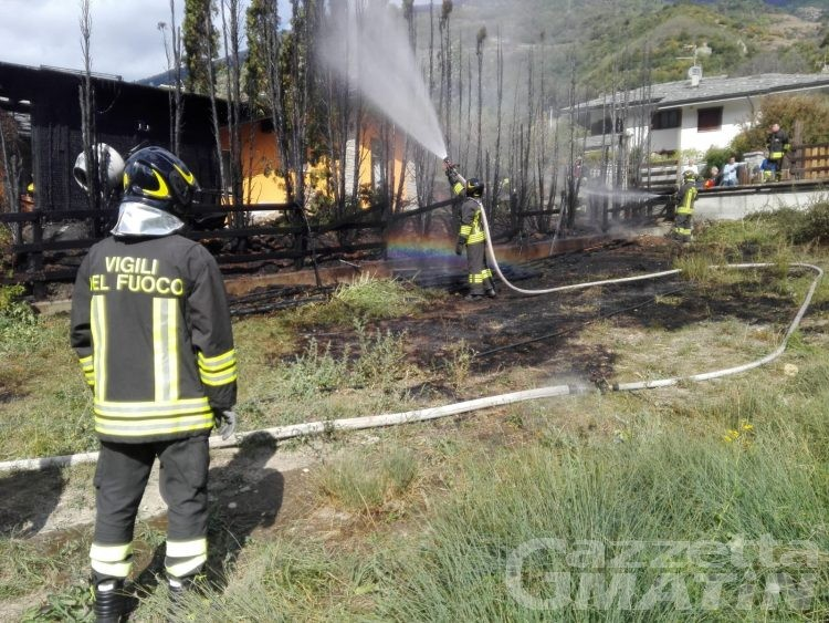 Quart, incendio minaccia un'abitazione: intervengono i Vigili del fuoco
