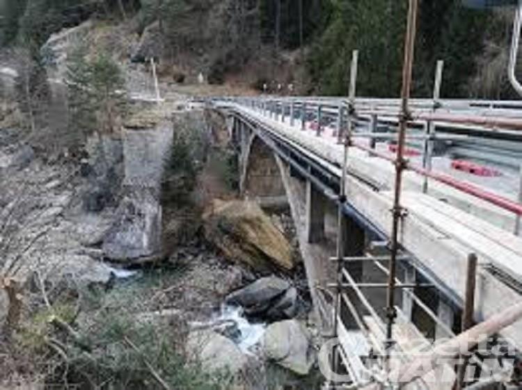 Nuovo ponte su Grand Eyvia, strada per Cogne chiusa parzialmente tre giorni