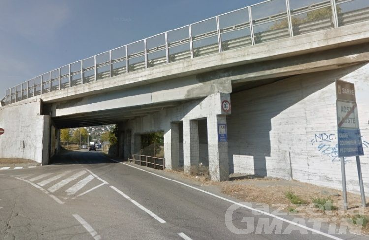 Escavatore trasportato da un camion urta viadotto: traffico in tilt a Sarre