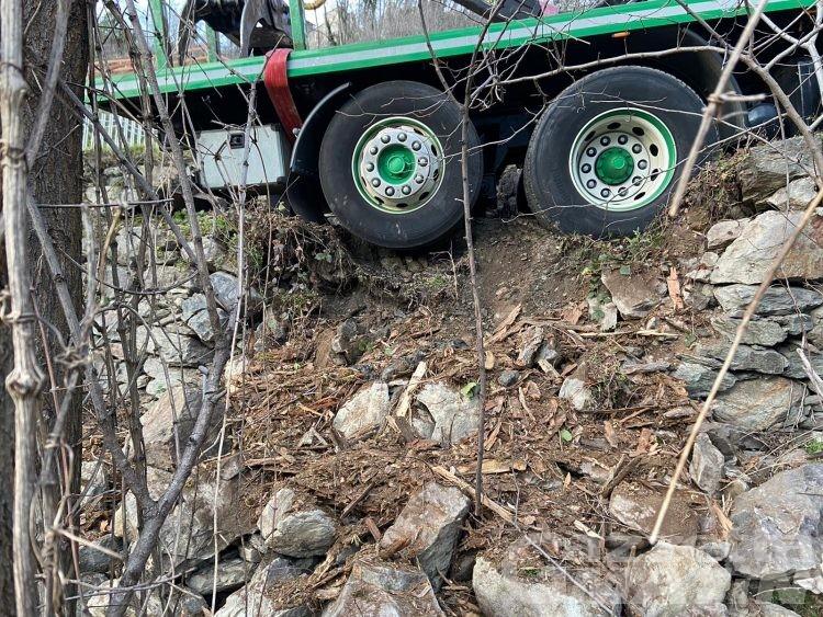 Quart, cede un muro e un camion rimane in bilico sul ciglio della strada