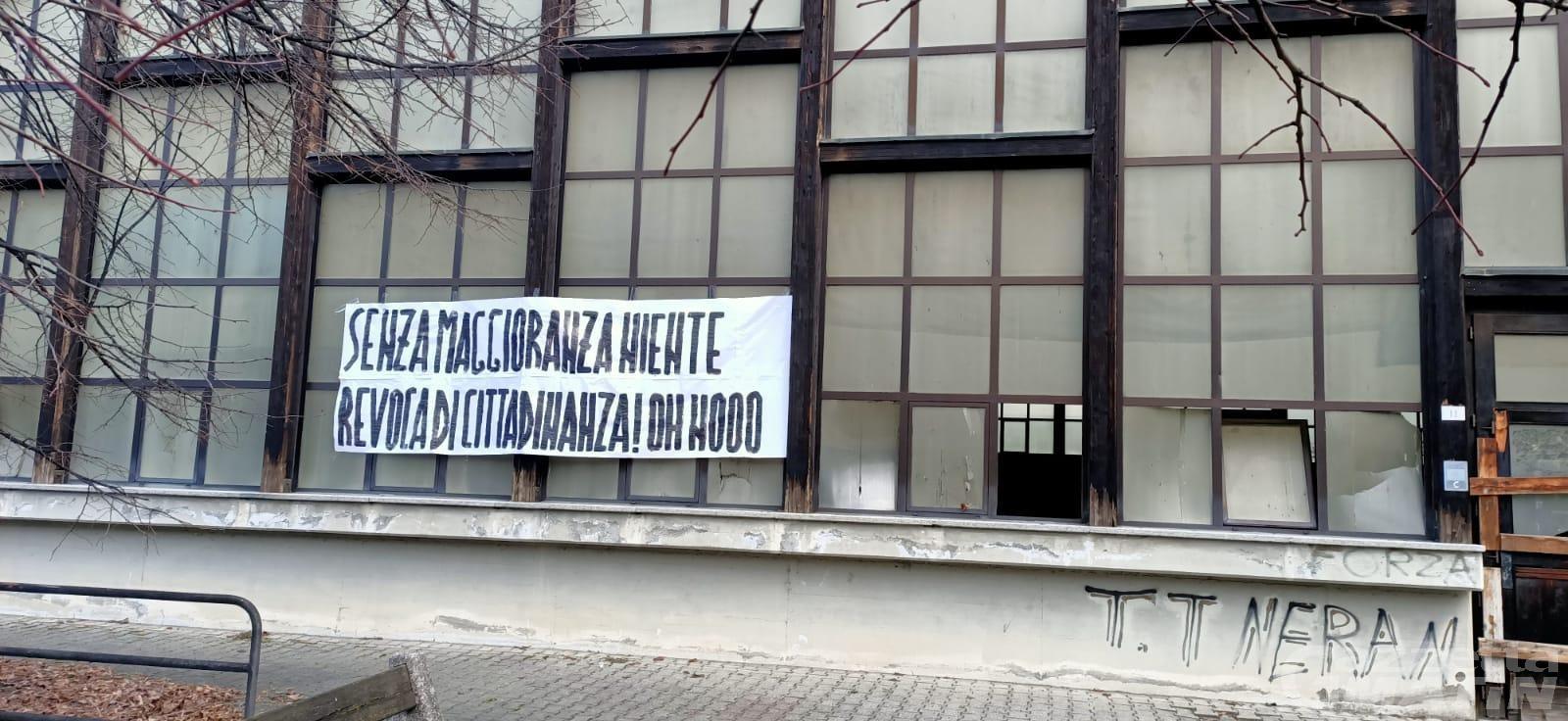 Saint-Vincent: uno striscione ironizza sulla mancata revoca di cittadinanza a Mussolini